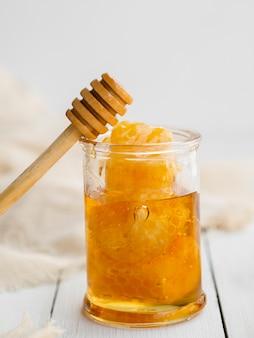 Dipper de madeira no pote de mel