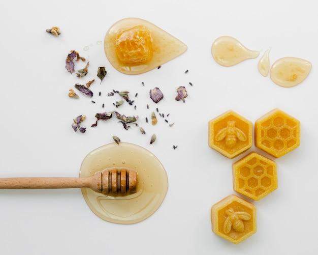 Dipper mel com cera de abelha e flores secas