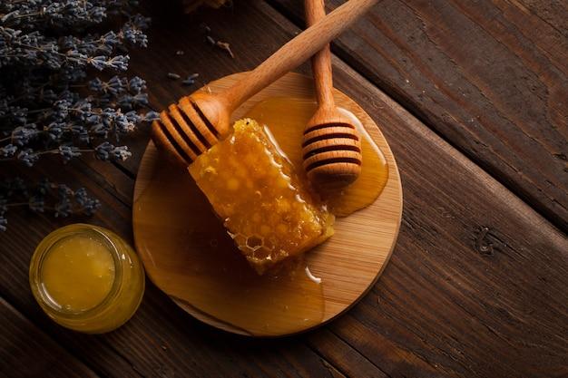 Dipper mel e favo de mel. nozes e maçãs com mel e nozes de vários tipos