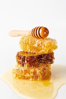 Dipper vista frontal sobre favos de mel