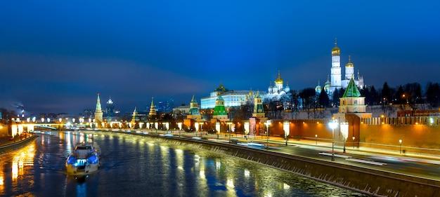 Dique do kremlin e moskva de moscou com vista panorâmica da noite de iluminação festiva no inverno, rússia