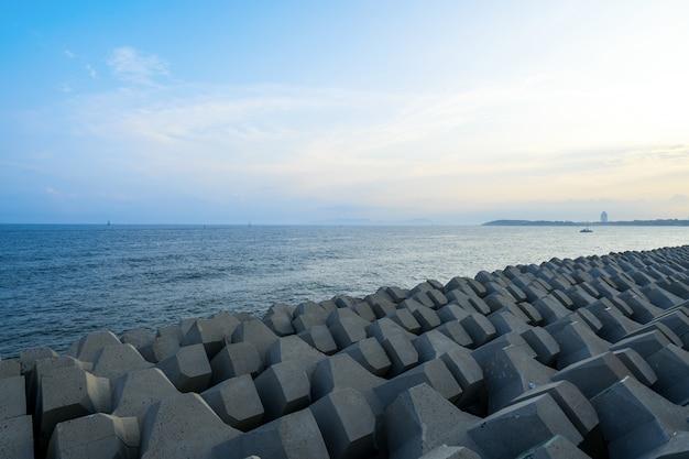 Diques e represas à beira-mar em qingdao, china