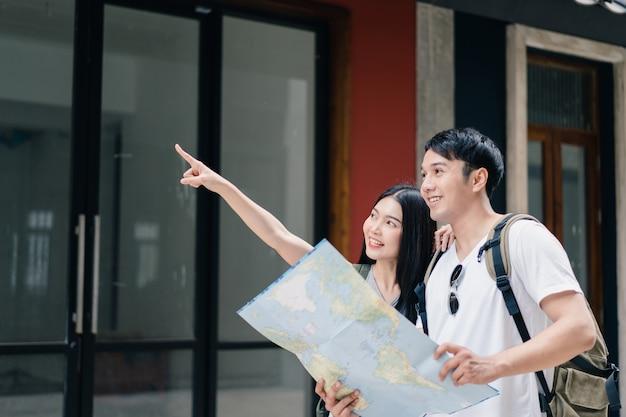 Direção de casal asiático viajante no mapa de localização em pequim, china