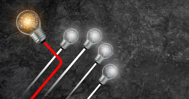 Direção diferente dos negócios a lâmpada com o cérebro dentro está indo para a frente e existe uma diferente.