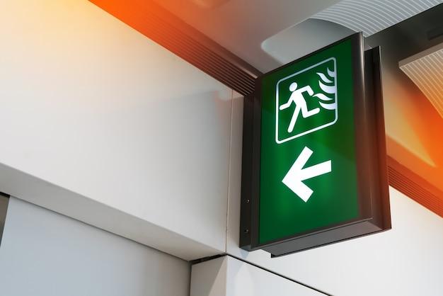 Direção verde do sinal da saída de emergência em caso do sinal de emergência.