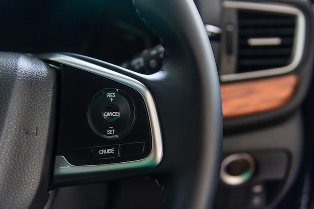 Direcção assistida com o botão de mudança de direcção / cruise control no volante