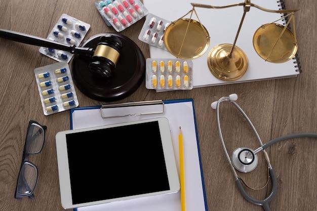 Direito e elementos clínicos em uma mesa
