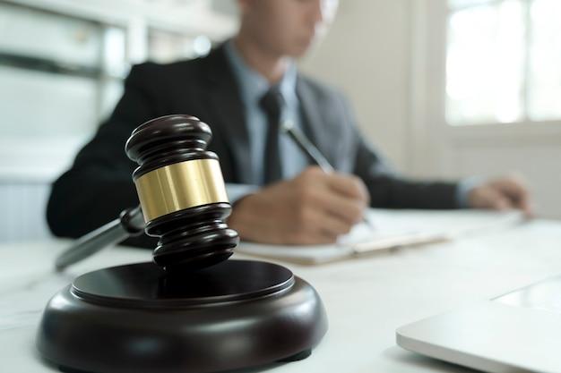 Direito, serviços jurídicos, assessoria, justiça e conceito de direito. advogado masculino no escritório com balança de latão.