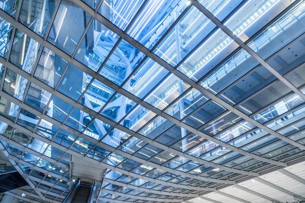Diretamente abaixo shot of glass skylight