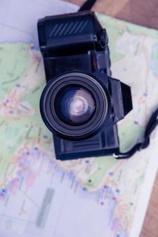 Diretamente acima de tiro de câmera e mapa na mesa