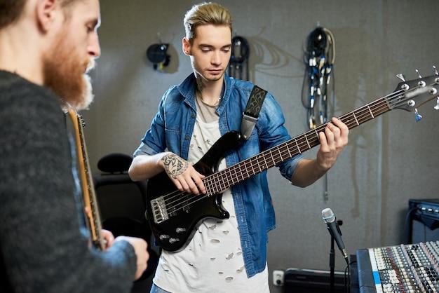 Diretor de som produzindo novo álbum de jovens músicos