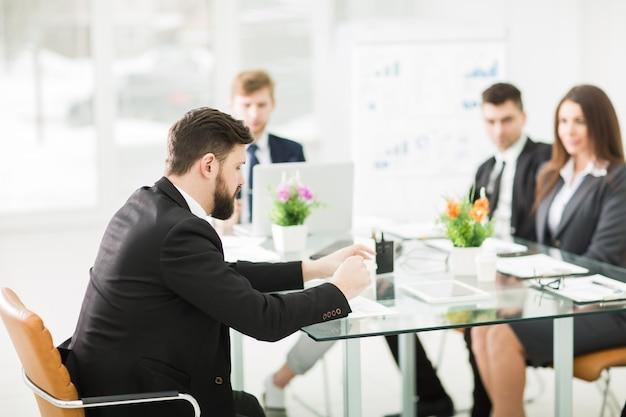 Diretor e equipe de negócios discutirão a apresentação de um novo projeto financeiro