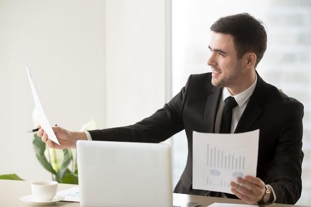 Diretor financeiro feliz por causa de boas estatísticas