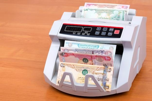 Dirham dos emirados árabes unidos na máquina de contagem