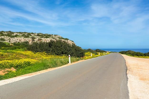 Dirigindo em uma estrada vazia