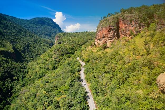 Dirigindo estradas florestais. estrada bonita para passsing à montanha dos khunphae, chiangmai, tailândia.