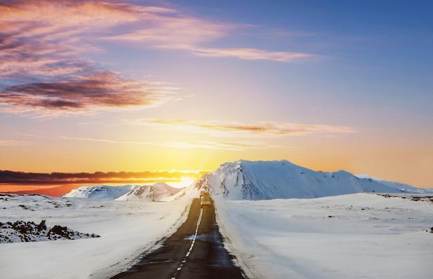 Dirigindo na estrada no inverno