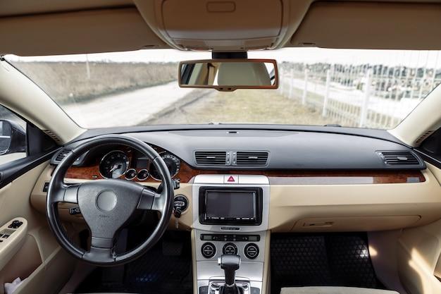 Dirigindo o carro moderno na estrada de asfalto