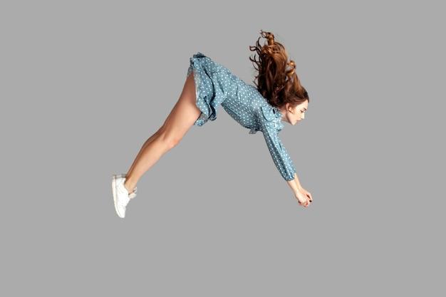 Dirigindo rapidamente levitando no ar modelo voando rapidamente com vento de furacão soprando de forma extremamente forte