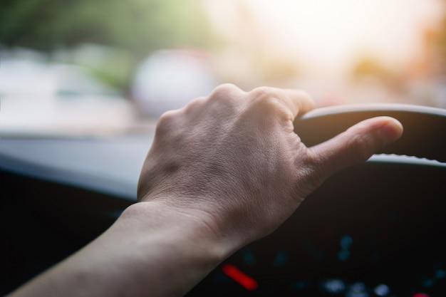 Dirigindo um carro, as mãos no volante do conceito de veículo moderno