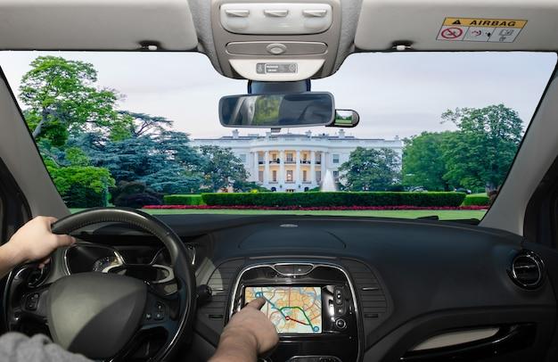 Dirigindo usando gps em direção à casa branca, washington dc, eua
