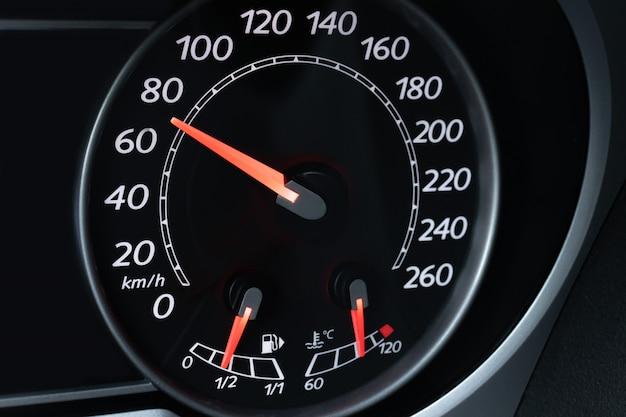 Discagem de velocímetro de carro com close-up vermelho iluminado