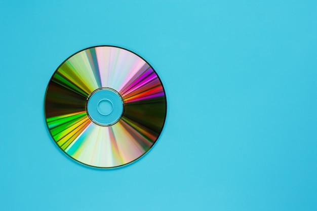 Disco compacto (cd) no fundo azul para o armazenamento audio e de dados