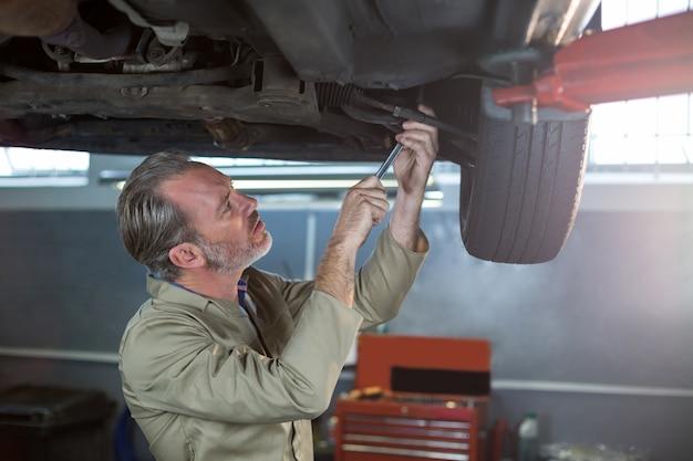 Disco de freio da roda de carro examinando mechanic
