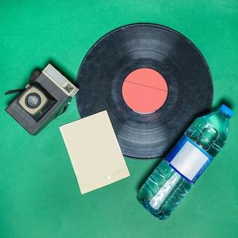 Disco de gramofone fonográfico com vista superior de garrafa de água