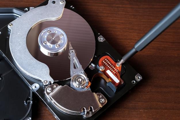 Disco de memória com chave de fenda