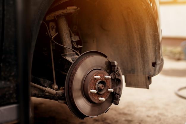 Disco de roda de carro enferrujado desgastado velho e quebra pronto para reparos.