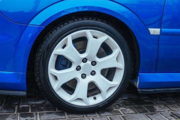 Disco de titânio e a roda de um carro esportivo. o conceito de carros usados