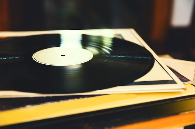 Disco de vinil antigo e uma coleção de álbuns visualização em close imagem tonificada