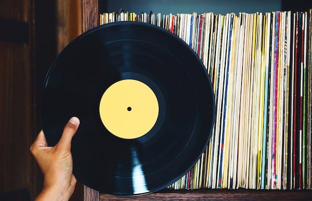 Disco de vinil antigo e uma coleção de álbuns