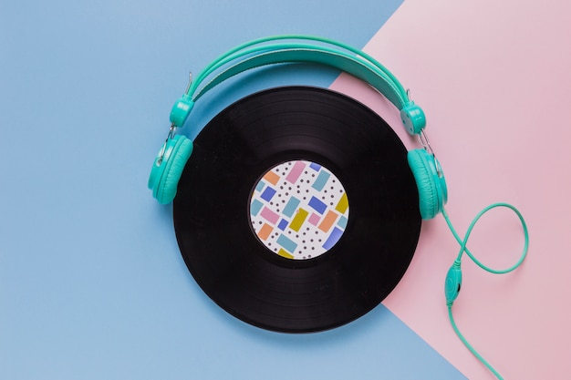 Disco de vinil com fones de ouvido