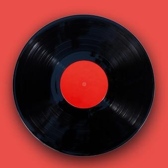 Disco de vinil de gramofone isolado em fundo vermelho
