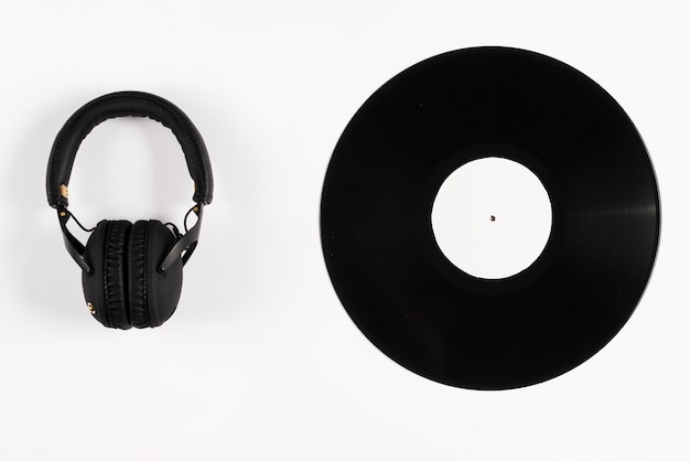 Disco de vinil e fones de ouvido