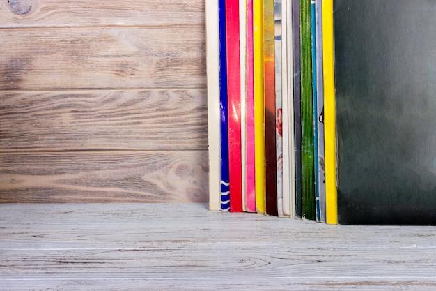 Disco de vinil na frente de uma coleção de álbuns. copie o espaço para o texto.