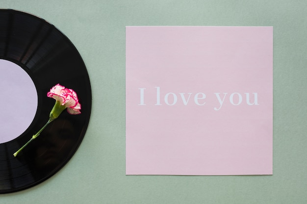 Disco de vinil preto com eu te amo inscrição na mesa