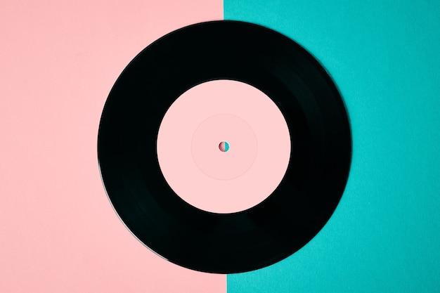 Disco de vinil retrô antigo em fundo colorido