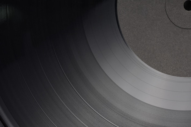 Disco fonográfico de vinil lp de 12 polegadas com etiqueta preta em branco. foto de close-up, vista de cima