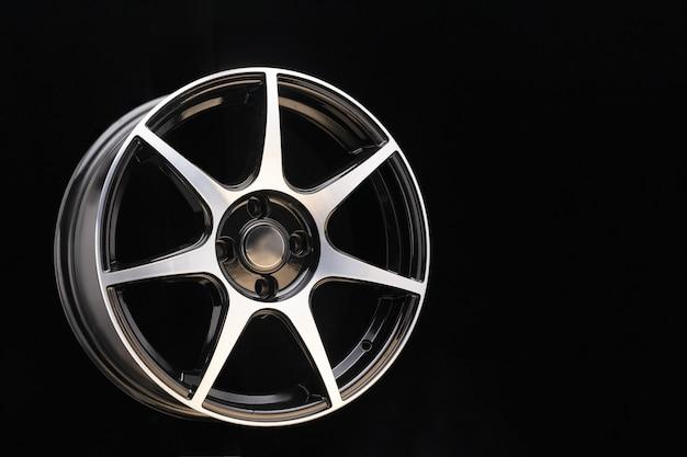 Disco fundido brilhante com raios esportivos finos e superfície de alumínio polido