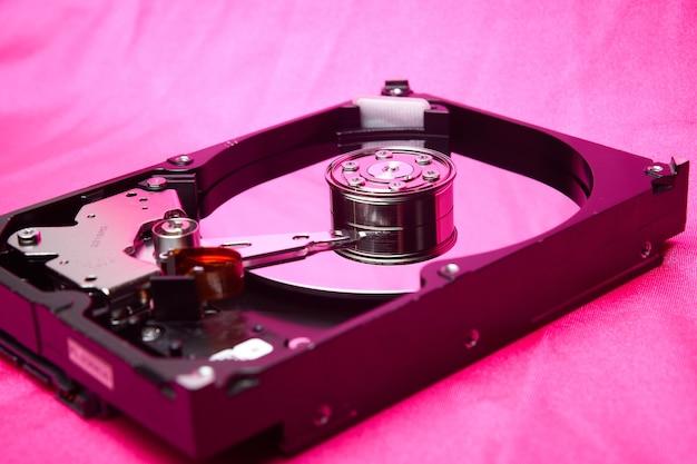 Disco rígido aberto na unidade de disco rígido do computador