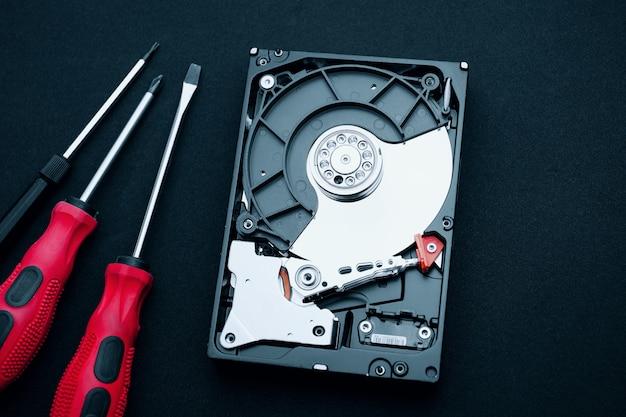 Disco rígido descoberto e chaves de fenda, inspeção de hardware de computador