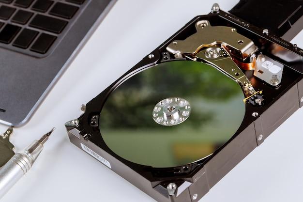 Disco rígido do computador dentro de reparação no centro de serviço