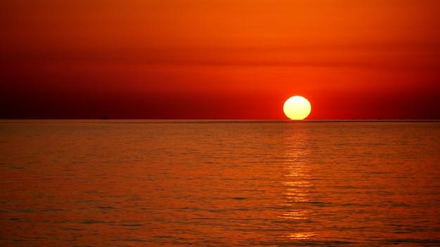Disco solar pleno sobre o mar negro, pôr do sol em sochi, rússia