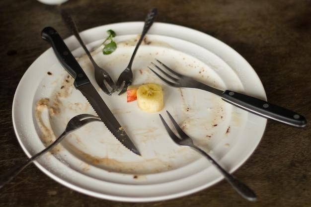 Disco vazio depois de comer e está sujo.