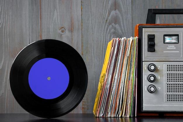 Discos de vinil antigos e equipamentos de som