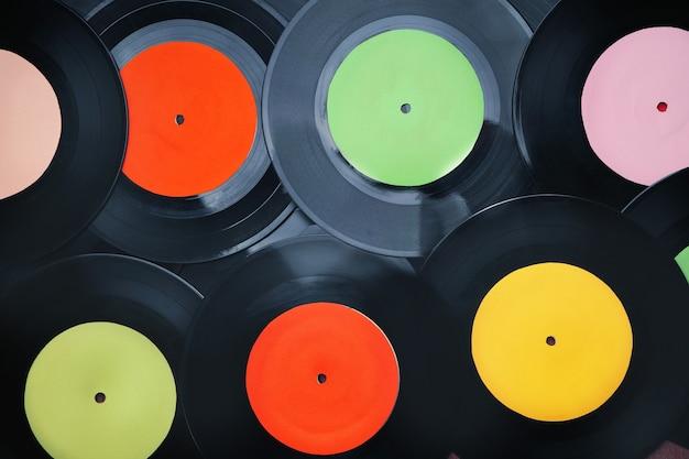 Discos de vinil com etiquetas multicoloridas, fundo