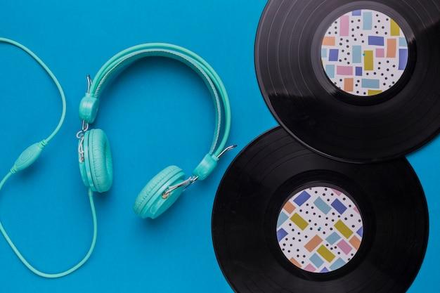 Discos de vinil com fones de ouvido